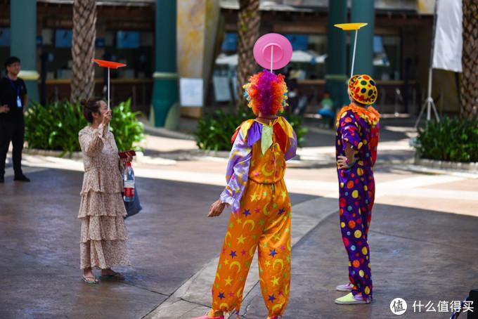 小丑也会在酒店各个区域不定时与客人互动。我已经学会了摇盘子、叠气球小狗,就差那个扔三个瓶子还没学会了。。。。。。。以后丢工作了我也可以当小丑了。