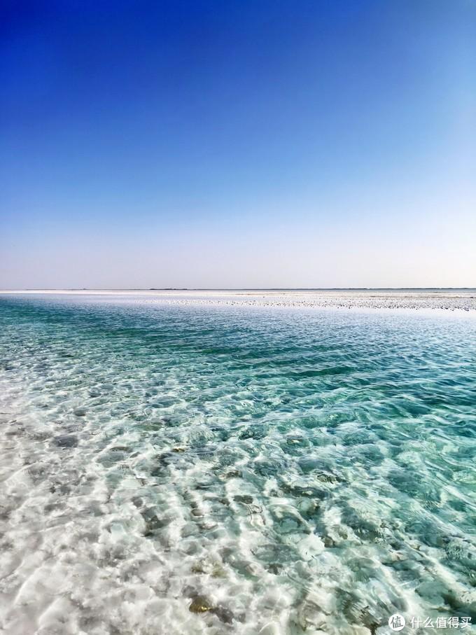湖水清透湛蓝