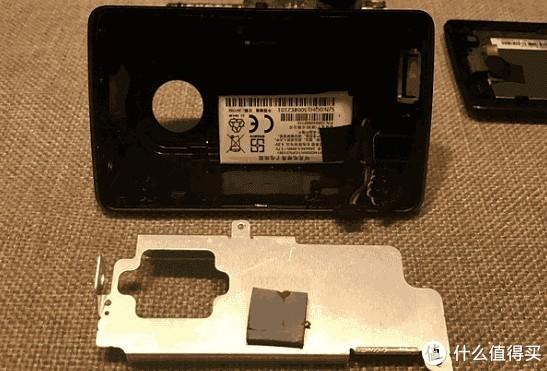 某品牌记录仪采用的内置三线电池,通过欧盟CE认证。