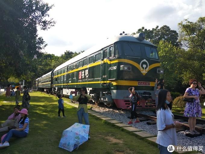 相信现在都没有多少人能做得上绿皮火车了,一个有人情味的火车书吧