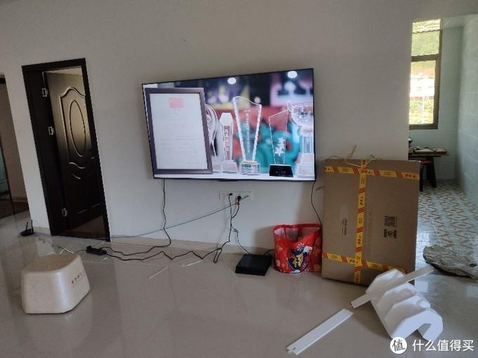 因为客厅太大,显得电视小