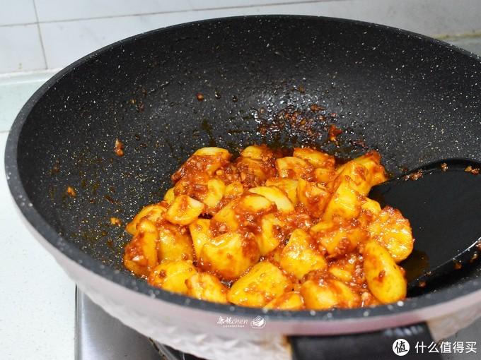 这样做的土豆两步不能少,放这调料香辣开胃,一周三次吃不够