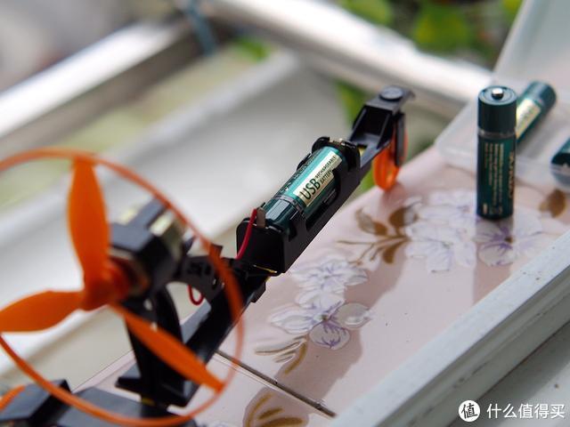 无需专用充电器 这款颠覆传统充电电池你见过吗
