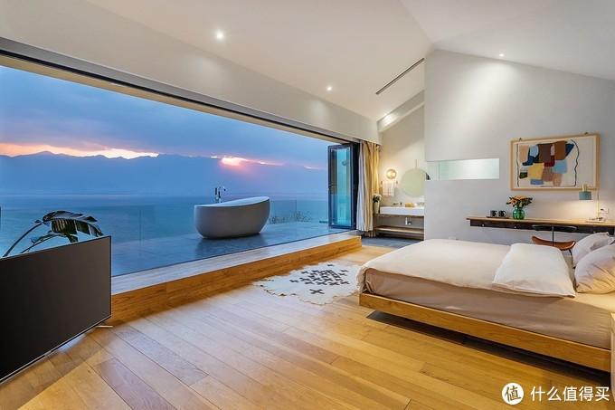 将整面墙都用透明玻璃打造,晚上泡着澡就能看到巨幕海景