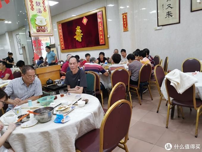就餐环境也相对的简单,铺上白色桌布的圆桌和棕色的皮椅