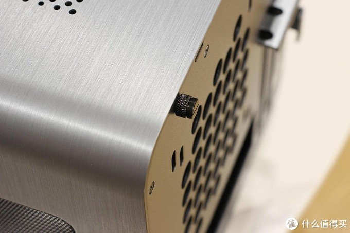 装机难度非常低的乔思伯V8 ITX全铝机箱,完美诠释前进后出风道的优势