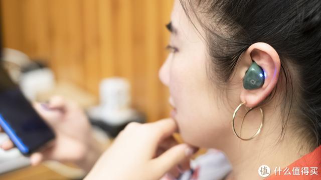 今年上手TWS真无线耳机里最骚的一款,音质还出挑,就是收纳仓有点夸张