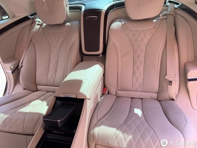 头等舱级后排独立座椅 延伸式商务区控制台将后排变成了带有2个独立座椅的车上办公室。2个USB 接口、2个12伏插座以及2个控温杯座,共同打造出舒适的旅行与工作环境。   前、后排无线充电功能,享便捷之礼  只要您的手机符合Qi标准,无论它是什么型号和品牌,都可以放置在中央控制台或后排座椅间的储物箱中进行无线充电。告别数据线的束缚,畅享无线充电的便利。 放得下,蓄得上。 随车安装的无线充电设备,支持所有符合Qi标准的手机。驾驶时间就是充电时间,随手一放,立马蓄上。