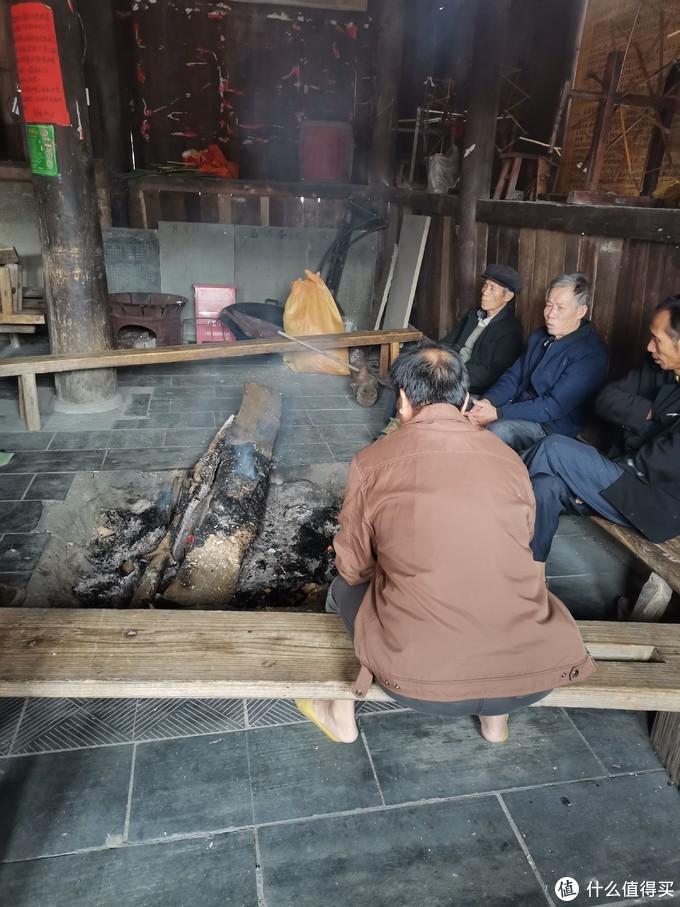 当天温度只有13度左右,在寨子里面可能还要低几度,鼓楼成了老人们烤火聊天的最佳地点