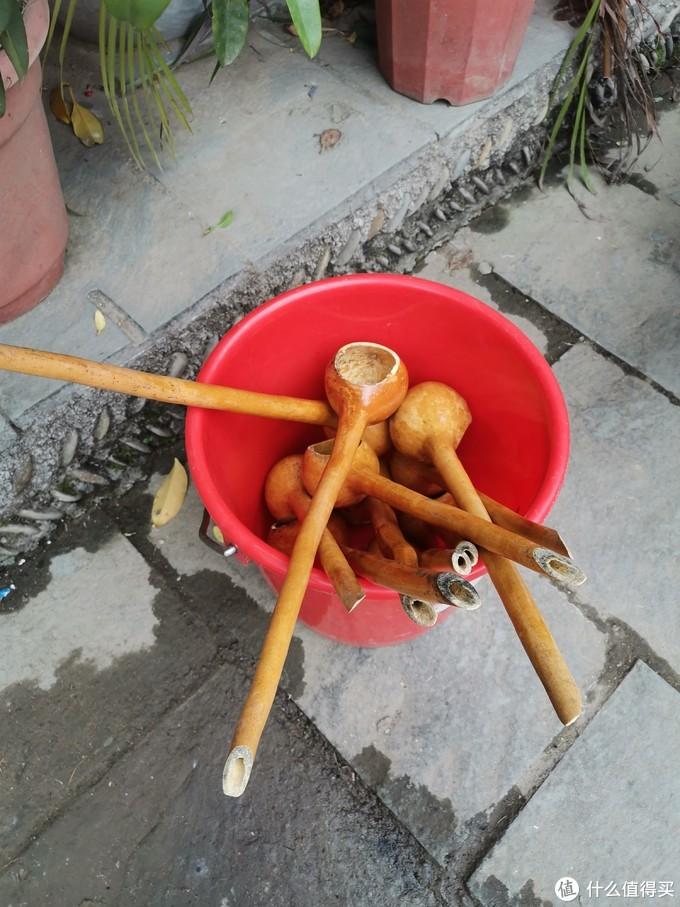 寨子里面卖的小玩意,不过不知道这个长条的葫芦瓜挖成的玩意有什么作用