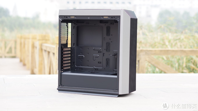 """九州风神CL500是一款""""偏大""""的中塔机箱,内部预留的安装空间还是非常充足的,支持ATX规格的主板,显卡限长330mm,散热器限高165mm,能轻松满足主流平台的使用需求。"""