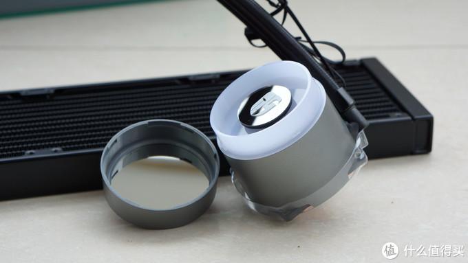 冷头可以扭开,里面的LOGO可以定制图案,还可以根据装机需求旋转调整LOGO图案方向。