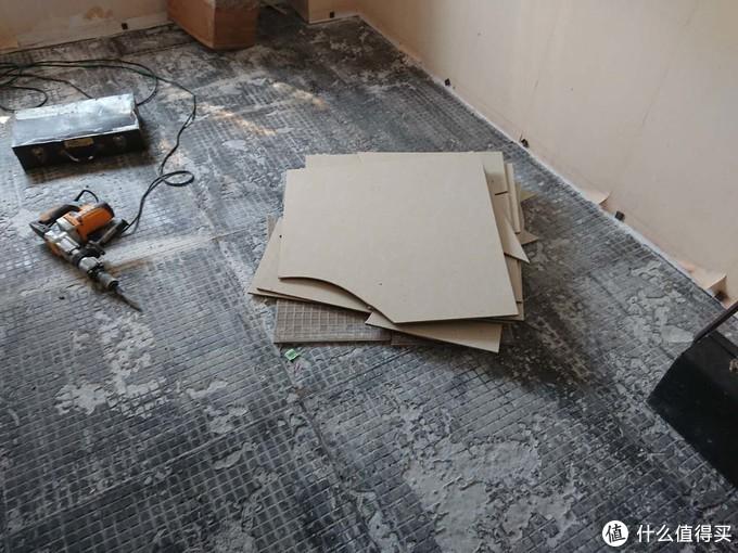 你以为这是施工现场?其实是完工后三年,地砖全部炸起来。大概率是装修公司当时用了学徒工。