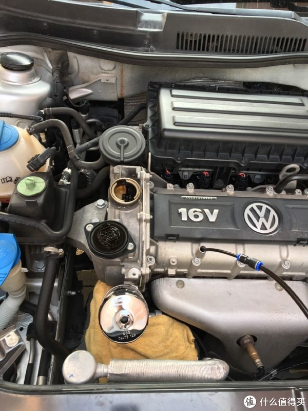 拔出油尺,从这插进去。打开机油加注口,拧松机滤,EA111发动机机滤帽用903,淘宝10元包邮