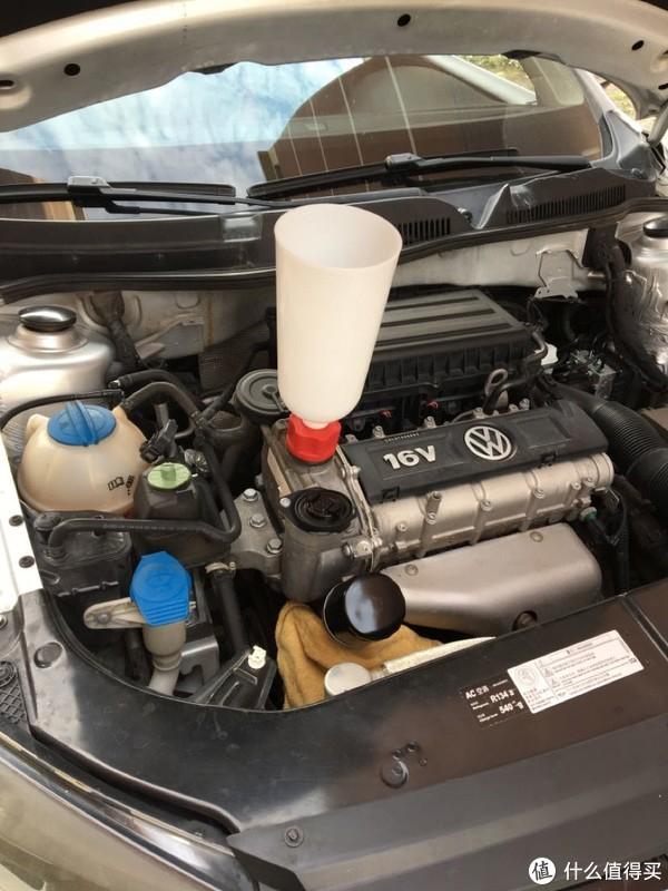 EA111发动机机油加注口有挡板,弄不好就洒出来了,机滤下就是发电机,容易弄坏发电机,二十多买了这个加机油的,真是好用,滴油不漏