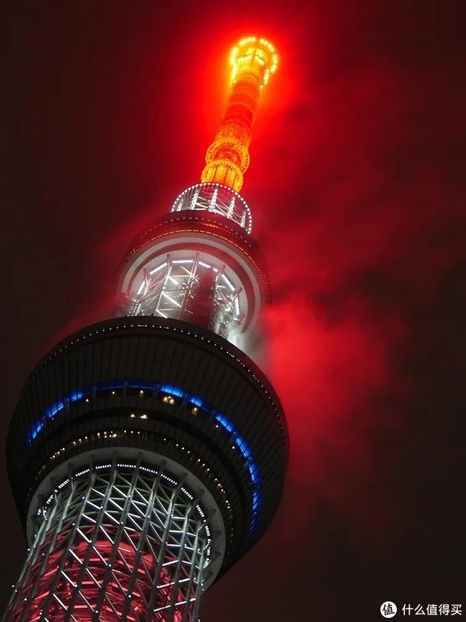 《鬼灭之刃》上映前纪念,东京天空树点亮炎柱配色