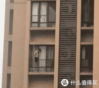 阳台的舒适一角只是表象,安全防护不到位,危机四伏!
