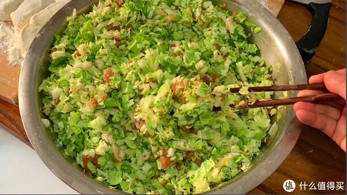 学会这个小技巧,白菜调馅不出水,翠绿鲜嫩又好吃