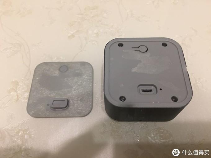 把背面的一层硅胶垫揭开就能看到四颗螺丝,拧下来就可以拆开后盖了。