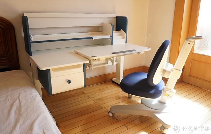 材质环保安全放心、桌面双升降解决痛点,护童DH120ZX+CH11学习桌椅,带来更好学习体验