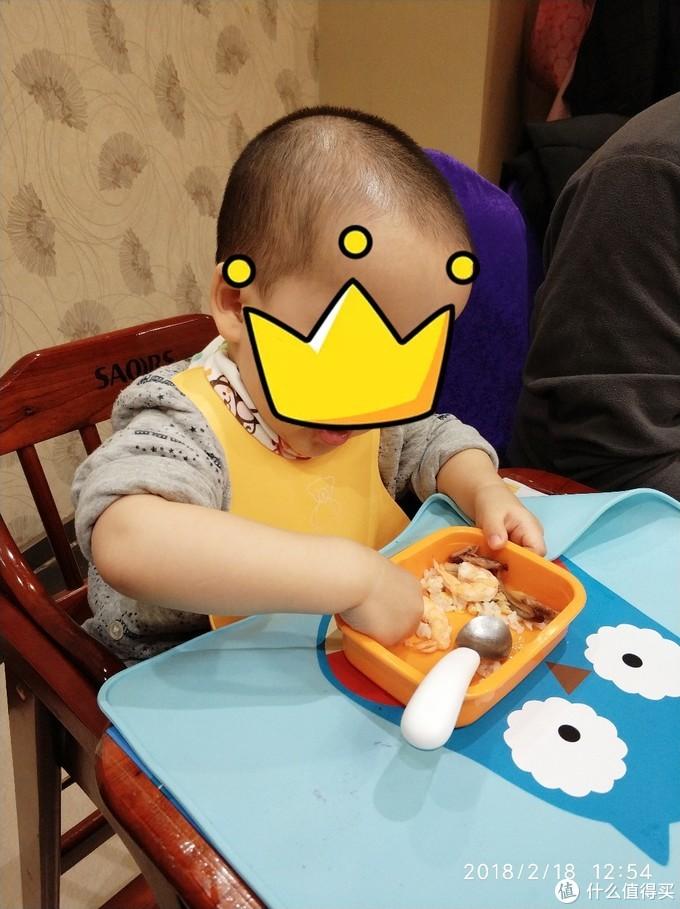 小朋友2岁时外出吃饭
