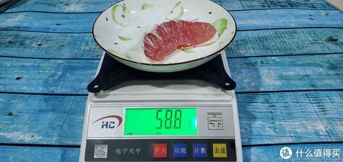 (放进美的545升冰箱保鲜24h前的红柚称重)