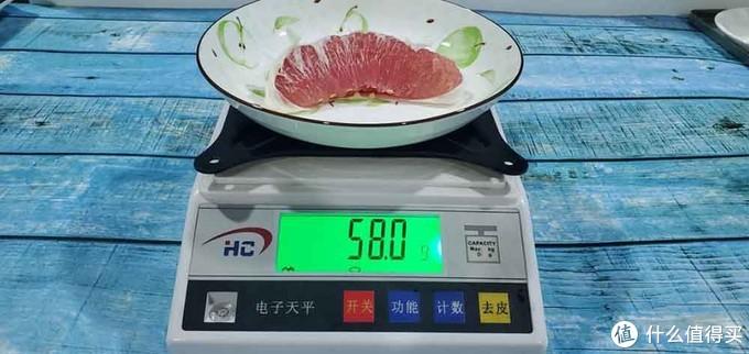 (放进美的545升冰箱保鲜24h后的红柚称重)