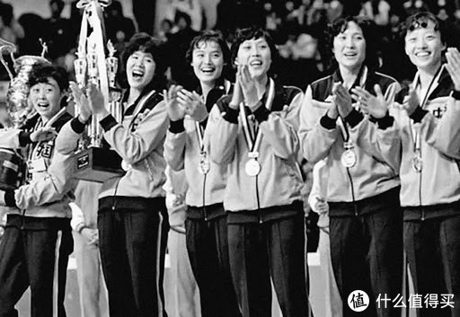 1981年11月16日,中国女排首次登上世界冠军领奖台。