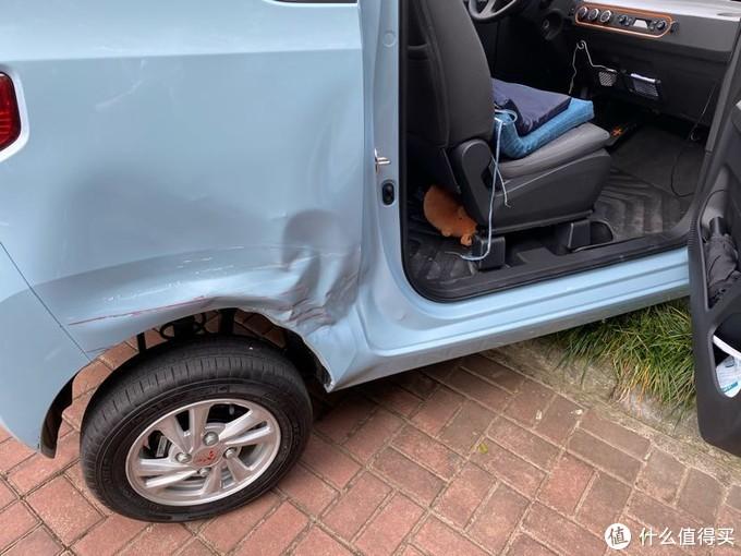 撞击在后侧,副驾驶的坐垫是给乘客用的,座椅太硬了