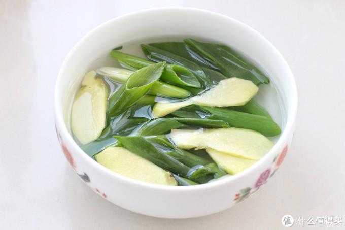 馄饨别直接煮了,调个简单的汤底,酸辣开胃又营养,好吃到没朋友