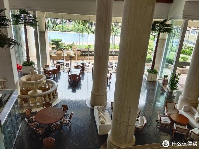 酒店里面一个人都没有,只有礼宾部和前台两个员工。