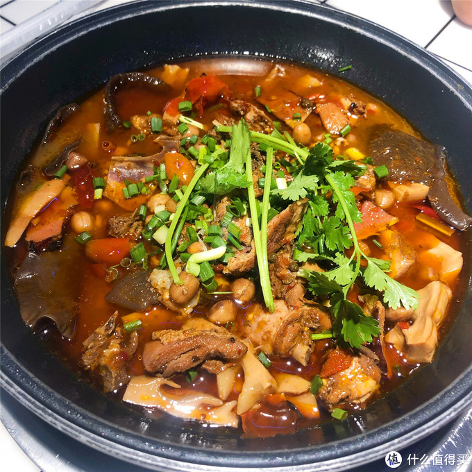 重庆焖烧鸡怎么吃?鸡肉配腊肉令人惊艳,胭脂水萝卜才是灵魂