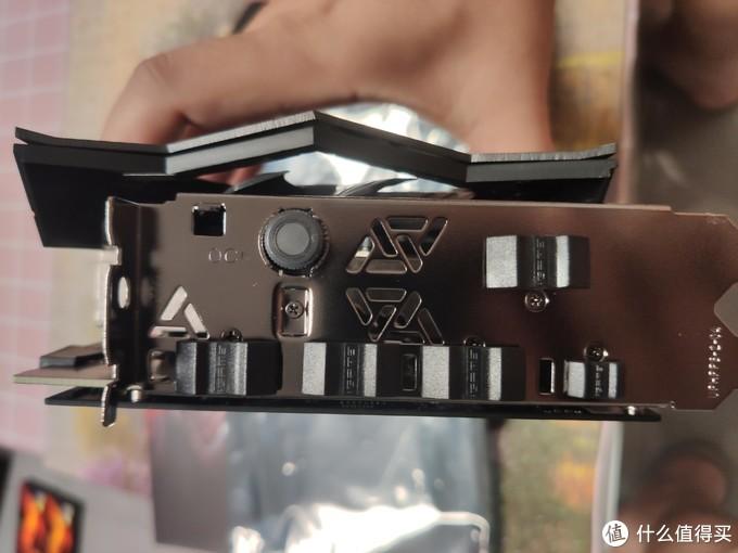 接口方面,三个HDMI,一个DP,一个C口,还有一个很有质感,按下去会亮的超频按键。