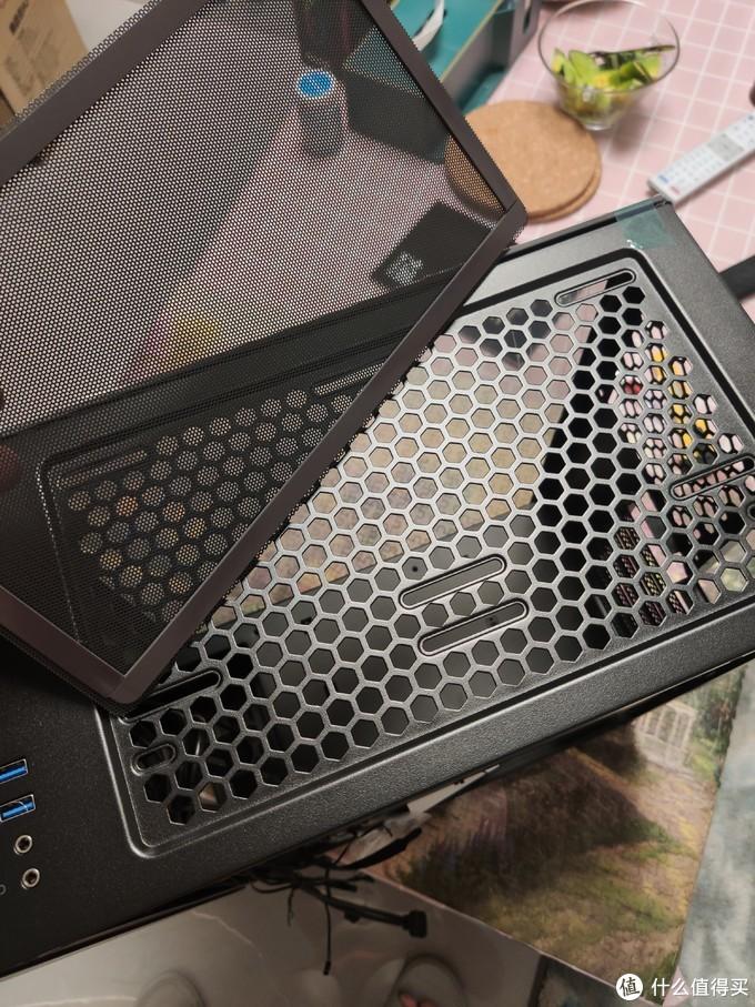 这款机箱顶部和底部都有防尘网,顶部是磁吸式的。里面预留有装冷排的螺丝槽