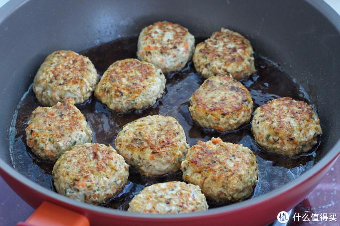 把香菇和鸡肉做成早餐饼,鲜嫩可口热量还低,端上桌全家都喜欢!