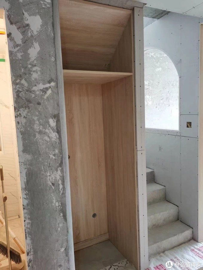 郑州装修木工现场打制柜子