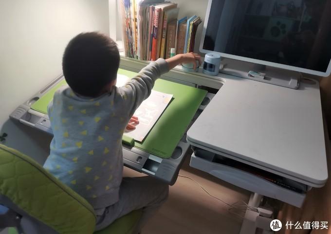 倾斜面板高度合适,拿取固定高度桌面上的东西比较累,有高度差