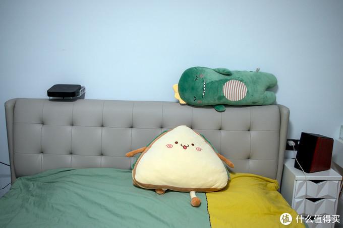 床和小巧的投影仪