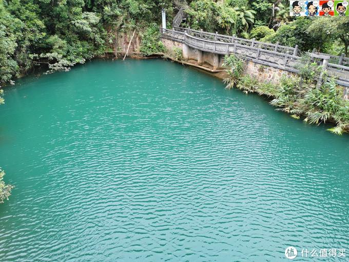 在飞堑桥上俯瞰凌虚桥,无论哪个角度,湖水都是这么碧美。