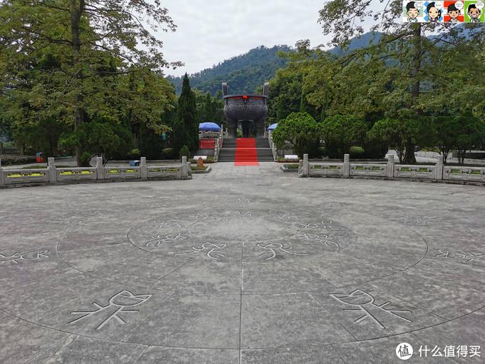 宝鼎园位于肇庆市鼎湖山的天湖景区旁,占地约1.3万平方米,以展现中国古代鼎文化为主题,将中国著名的青铜器鼎与自然山水融为一体。