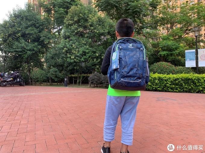 舒适度高,透气性好,还能让孩子昂首挺胸起来——deuter学生护脊书包