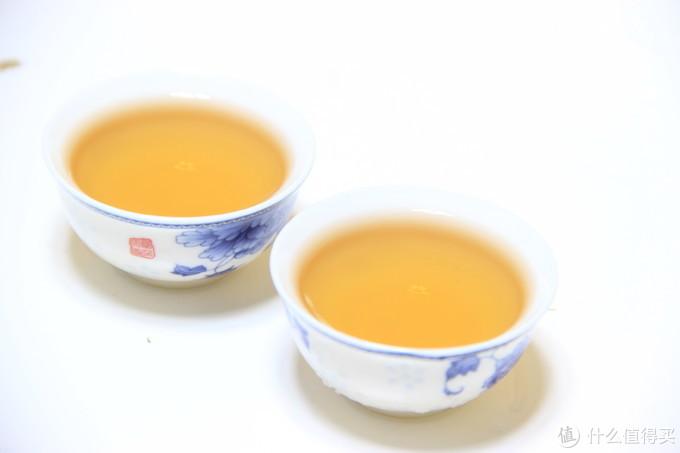 茶汤在白瓷杯中的表现