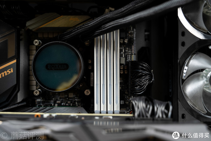颜值和性能都很能打、扎达克(ZADAK)SPARK台式机内存条 评测