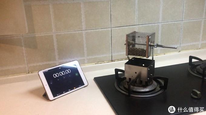 有卡槽能卡在燃气灶的架子上,这样摇动转笼的时候还算稳当。还有爱好者能改造成电动的。在烘培过程中能直观地看到豆子地状况。