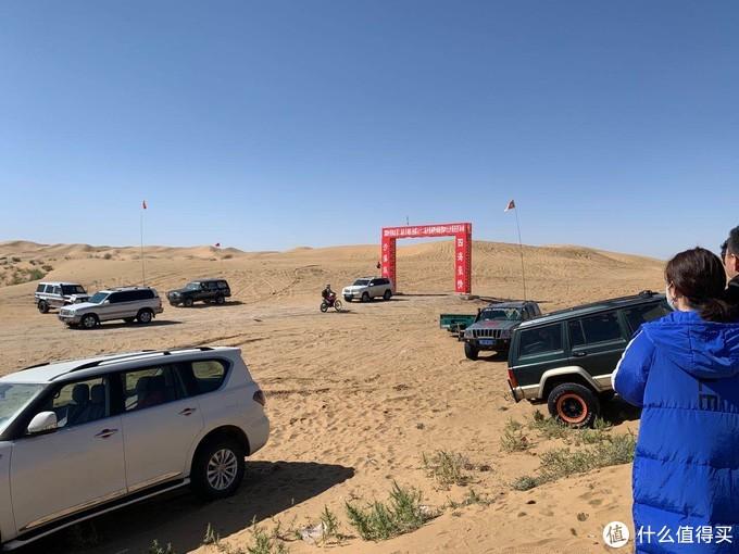 途乐Y606162都有 LC7X 8X 猛禽 牧马人都很多,也有一些老车子在门口写着出租的字样,估计是可以供游客租进去豁沙子