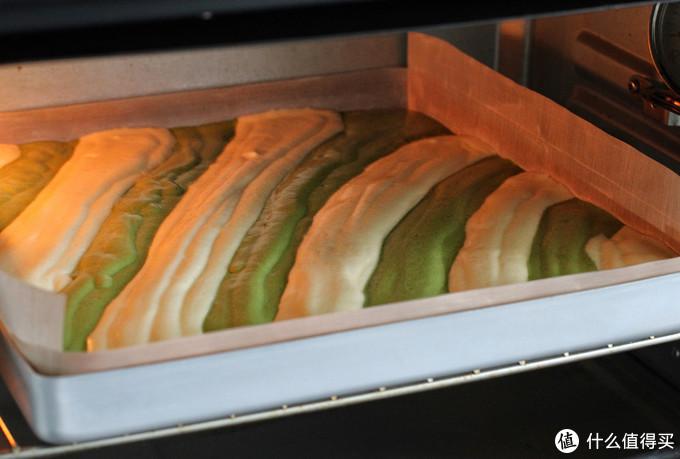 高颜值双色蛋糕卷,色泽诱人口感香甜,按照步骤操作一次就能成功