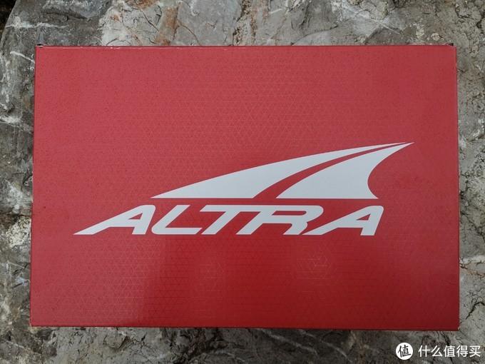 依旧是ALTRA经典的鞋盒设计,大红色底纹上印刷着大大的品牌LOGO