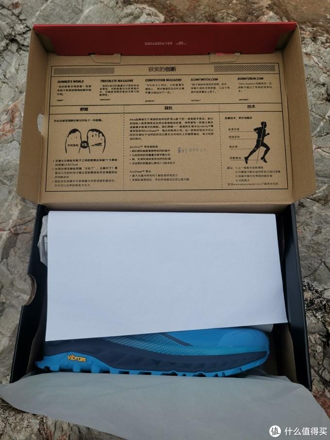 ALTRA是楼主到目前为止见到的第一个把鞋盒内部都印刷满跑鞋介绍的品牌,真是不放过任何一处宣传自己的机会