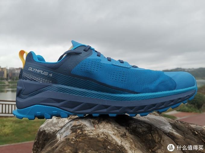 跑鞋内侧视角。鞋体蓝色和深蓝色搭配感觉比较厚重