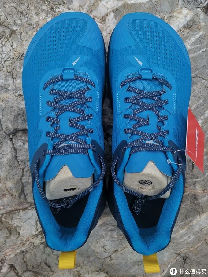 跑鞋顶部视角,从这个角度看这双鞋真是蠢蠢的哈,脚头位置异常宽大